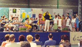 La chorale d'enfants, accompagnée par un petit orchestre dirigés par Antonin Flavigny